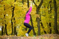Йога outdoors: Позиция стула Стоковые Фото