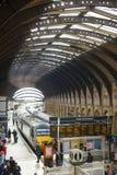 ЙОРК, ВЕЛИКОБРИТАНИЯ - 29-ОЕ МАРТА: Поезда на платформе в железнодорожном вокзале Йорк. Стоковые Изображения