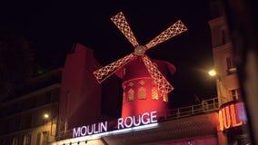 Кабаре румян Moulin в ноче Париже, Франции акции видеоматериалы