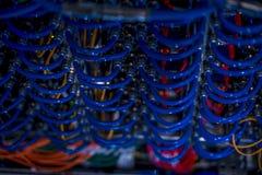Кабели в шкафе сервера стоковые фотографии rf