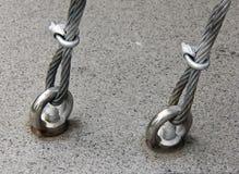 Кабели металла прикрепленные на поле стоковая фотография rf