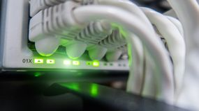 кабели подключили переключатель сети к Эпицентр деятельности сети Стоковые Изображения