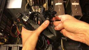 Кабель компьютера в руке сток-видео