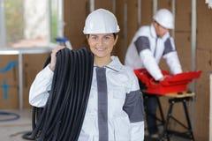 Кабель нося вьюрка женского работника портрета Стоковые Фотографии RF
