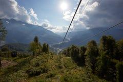 Кабел-кран горы протягивая вниз над красивым предыдущим ландшафтом горы осени Стоковые Изображения
