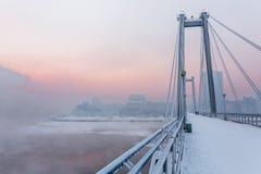 Кабел-остали мост через Енисей в утре зимы Krasnoyarsk, Krasnoyarsk Krai, Россия стоковое изображение