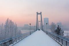 Кабел-остали мост через Енисей в утре зимы Krasnoyarsk, Krasnoyarsk Krai, Россия стоковое фото