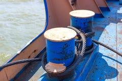 Кабели металла свернутые спиралью на голубом пале анкера Стоковые Фотографии RF