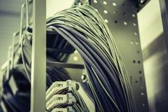 Кабели сети в комнате центра данных стоковые изображения