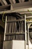 Кабели с черной пропиткой в подносе кабеля Стоковое Фото