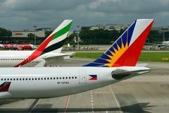 Кабели эмирата Боинга 777-300ER и аэробуса 330 авиакомпаний Филиппин на авиапорте Changi Стоковая Фотография RF
