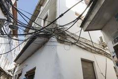 Кабели электричества в каменном городке стоковое фото