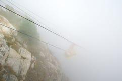 Кабел-кран в тумане стоковая фотография