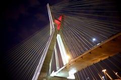 Кабел-остали мост загоренный на ноче стоковые фото