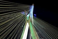 Кабел-остали мост освещенный в Сан-Паулу Бразилии стоковые изображения
