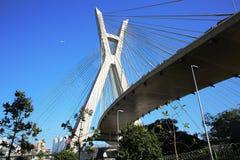 Кабел-остали мост приостанавливанный на кабелях на солнечный день стоковые изображения