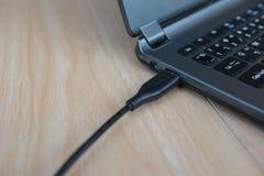 Кабельное соединение USB крупного плана к компьтер-книжке изолированная принципиальной схемой белизна технологии Стоковое фото RF