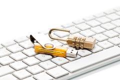 Кабель данных, замок комбинации и клавиатура компьютера Стоковые Фотографии RF