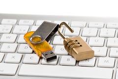 Кабель данных, замок комбинации и клавиатура компьютера Стоковое фото RF