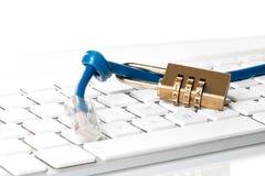 Кабель данных, замок комбинации и клавиатура компьютера Стоковая Фотография