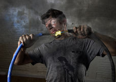 Кабель непрофессионального человека соединяя страдая электрическую аварию с пакостным, который сгорели выражением удара стороны Стоковое фото RF