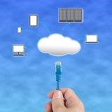 Кабель сети владением Officeman соединяется к серверу облака вычисляя Стоковые Фото