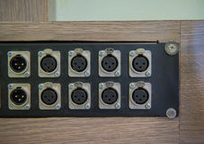 Кабель, усилитель или смеситель крупного плана тональнозвуковые Оборудование музыки Стоковое фото RF