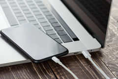 Кабель usb конца-вверх соединяет technol телефона и портативного компьютера новое Стоковое Изображение RF
