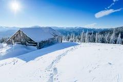 Кабина в горах в зиме Стоковая Фотография