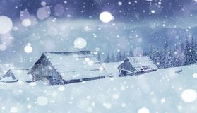 Кабина в горах в зиме туман загадочный В ожидании праздники carpathians Украин, Европа Счастливое новое… пиво! Стоковые Изображения RF