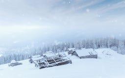 Кабина в горах в зиме туман загадочный В ожидании праздники carpathians Украин, Европа Счастливое новое… пиво! Стоковое Изображение RF