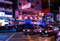 Кабина Гонконга на блеске ночи с неонами стоковое фото rf