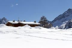 Кабина горы погруженная в воду снегом, Aosta Valley Стоковые Изображения RF