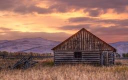 Кабина около Джексон Вайоминга на восходе солнца Стоковые Изображения