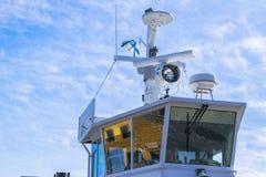 Кабина парома белая с большими окнами Крыло идущего моста вкладыша круиза белое туристическое судно на голубом небе с навигацией Стоковое Изображение