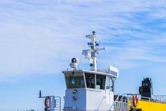 Кабина парома белая с большими окнами Крыло идущего моста вкладыша круиза белое туристическое судно на голубом небе с навигацией Стоковые Фото