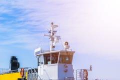 Кабина парома белая с большими окнами Крыло идущего моста вкладыша круиза белое туристическое судно на голубом небе с навигацией Стоковое фото RF