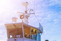 Кабина парома белая с большими окнами Крыло идущего моста вкладыша круиза белое туристическое судно на голубом небе с навигацией  Стоковые Фотографии RF
