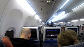Кабина пассажира с людьми самолета во время полета сток-видео