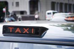 кабина подписывает таксомотор Стоковые Фотографии RF