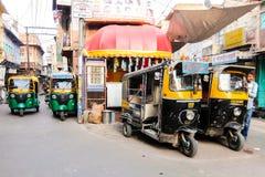 Кабина рикши на улицах Джодхпур стоковые фото