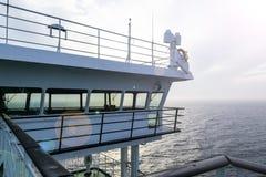 Кабина туристического судна белая с большими окнами Крыло идущего моста вкладыша круиза Белое туристическое судно на голубом небе Стоковые Фотографии RF