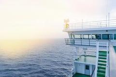 Кабина туристического судна белая с большими окнами Крыло идущего моста вкладыша круиза Белое туристическое судно на голубом небе Стоковое Фото
