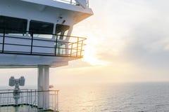 Кабина туристического судна белая с большими окнами Крыло идущего моста вкладыша круиза Белое туристическое судно на голубом небе Стоковое Изображение