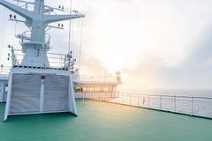 Кабина туристического судна белая с большими окнами Крыло идущего моста вкладыша круиза Белое туристическое судно на голубом небе Стоковое Изображение RF