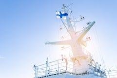 Кабина туристического судна белая с большими окнами Крыло идущего моста вкладыша круиза Белое туристическое судно на голубом небе Стоковое фото RF