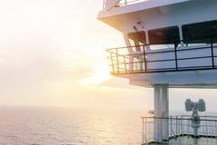 Кабина туристического судна белая с большими окнами Крыло идущего моста вкладыша круиза Белое туристическое судно на голубом небе Стоковые Фото
