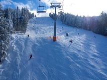 Кабина фуникулера в горных пиках Bansko, Болгарии и снега на предпосылке Голубое небо, 2017 стоковое фото