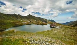 Кабина Balea на озере гор стоковые изображения rf