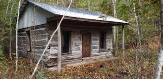 Кабина Trappers в древесинах стоковые фото